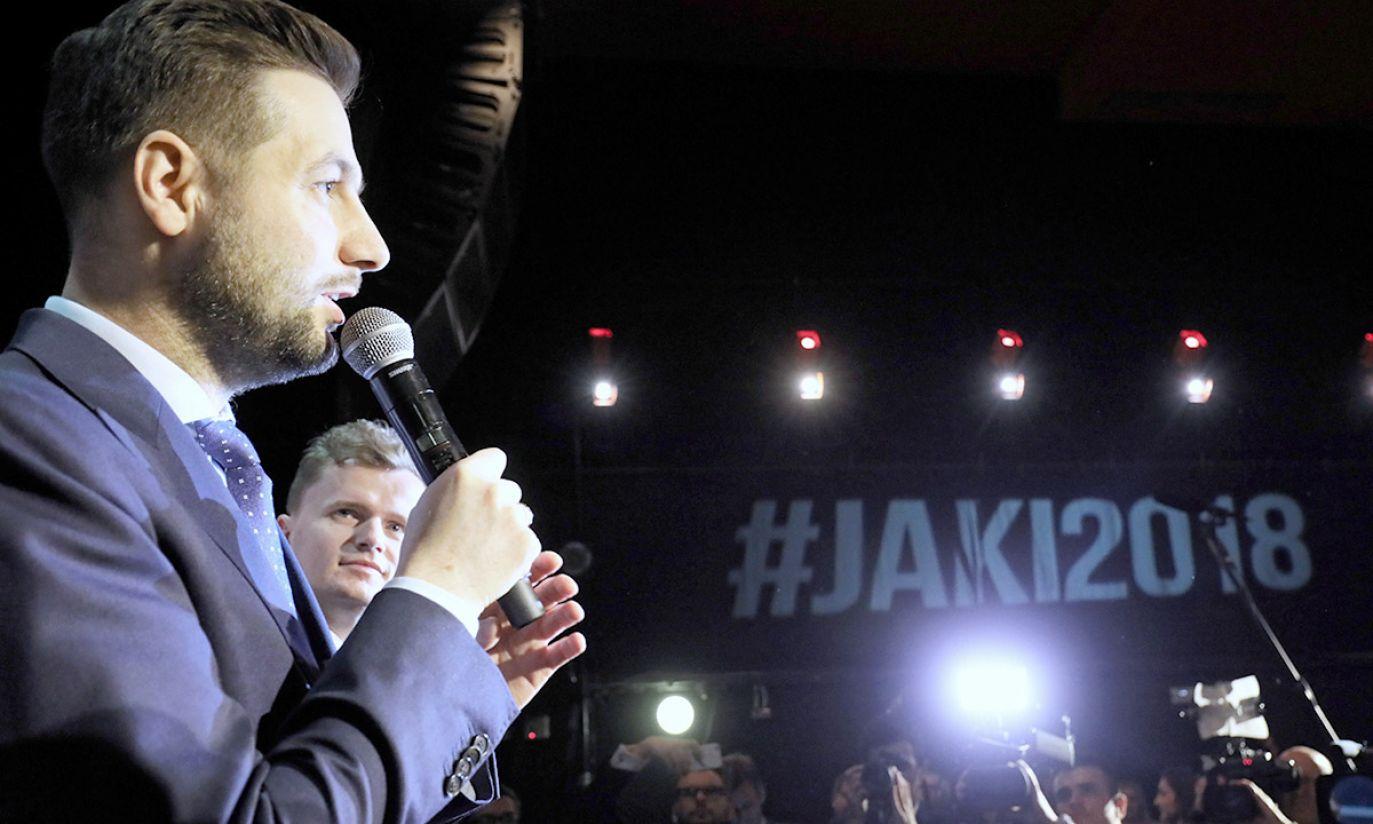 Kandydat Zjednoczonej Prawicy na prezydenta stolicy Patryk Jaki (L) podczas wieczoru wyborczego (fot. PAP/Paweł Supernak)