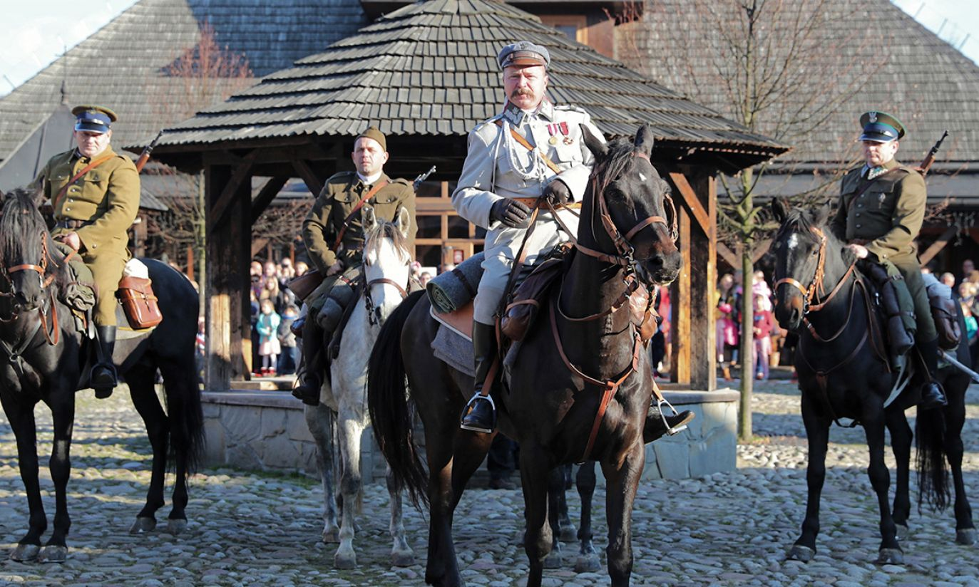 Inscenizacja przedstawiająca wjazd marszałka Józefa Piłsudskiego w grudniu 1914 roku do Nowego Sącza (fot. PAP/Grzegorz Momot)