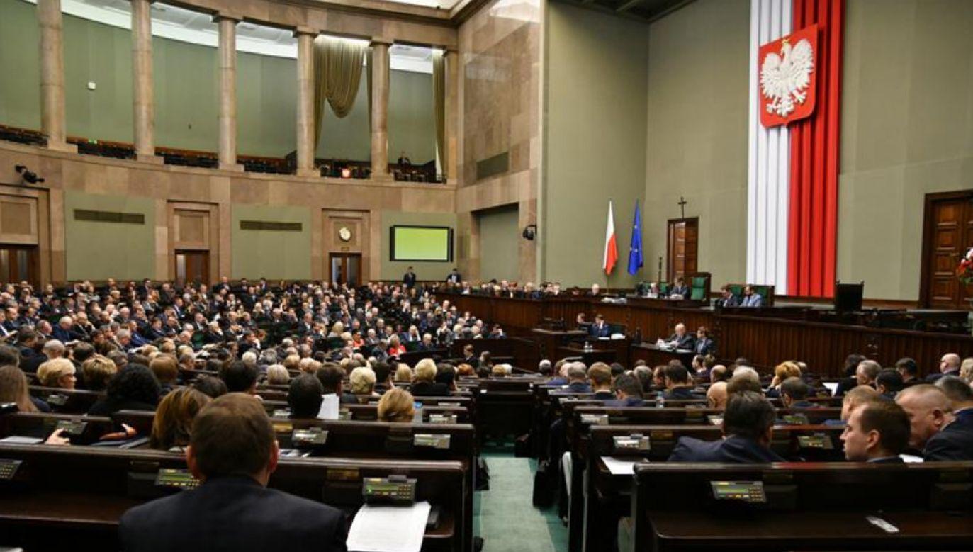 Według sondażu CBOS w styczniu na PiS chciało głosować 39 proc. badanych (fot. Kancelaria Sejmu/Łukasz Błasikiewicz)