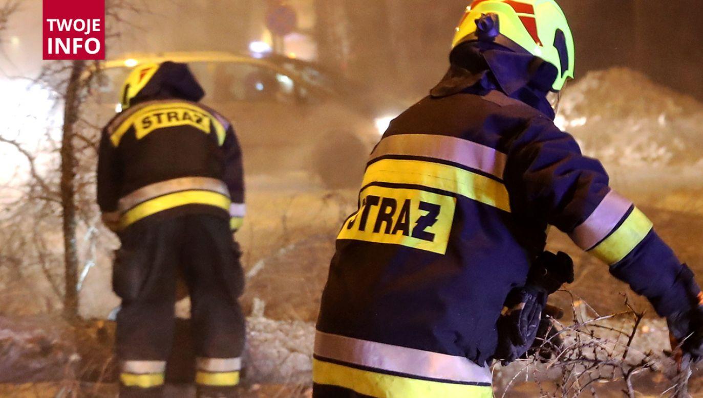 Ogień wybuchł w jednym z mieszkań kamienicy w Olsztynie (fot. PAP/Grzegorz Momot)
