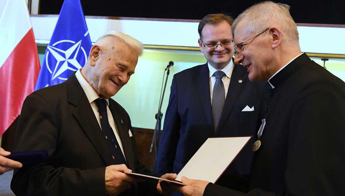 """Zasłużeni kapłani otrzymali medale """"Pro Bono Poloniae"""" (fot. PAP/Piotr Nowak)"""
