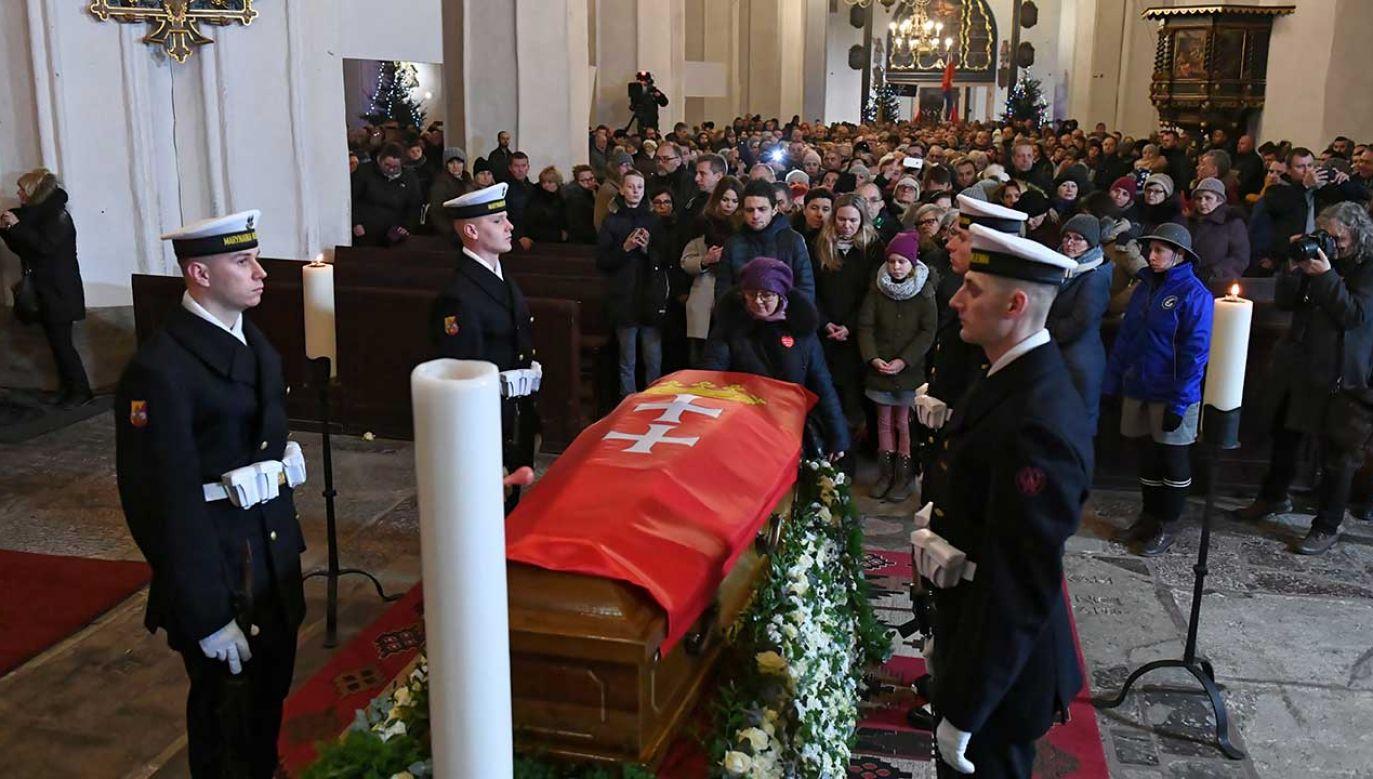 Gdańszczanie przy trumnie po uroczystej mszy świętej w intencji tragicznie zmarłego prezydenta miasta Pawła Adamowicza (fot. PAP/Adam Warżawa)