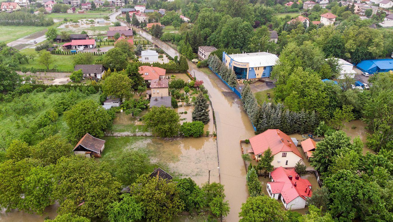 Opady które przeszły w dniu wczorajszym nie były spotykane w takiej skali na tym terenie (fot. PAP/Wojtek Jargiło)