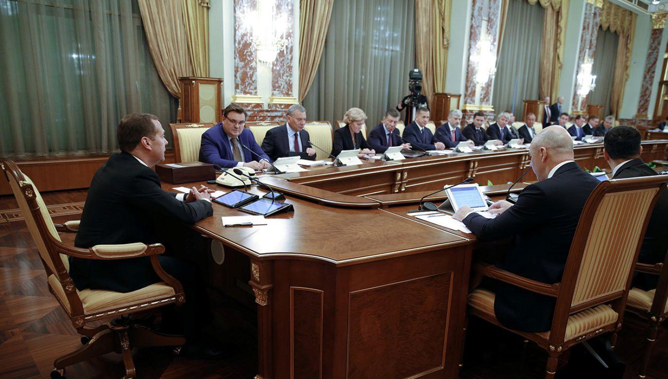 Rosyjski premier Dmitrij Miedwiediew organizuje pierwsze spotkanie nowego rządu w Moskwie (fot. REUTERS/Sputnik/Dmitry Astakhov/Pool)
