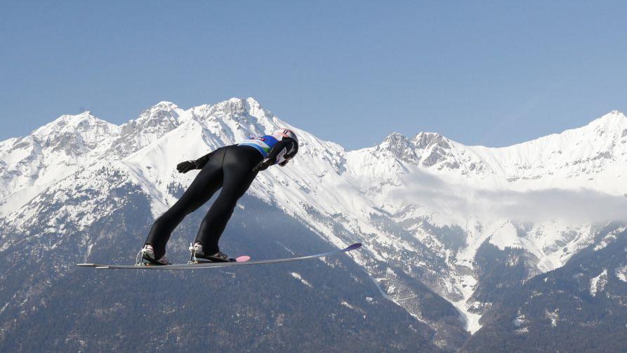 Polak Dawid Kubacki podczas serii próbnej przed dzisiejszym konkursem indywidualnym na dużej skoczni (fot. PAP/Grzegorz Momot)