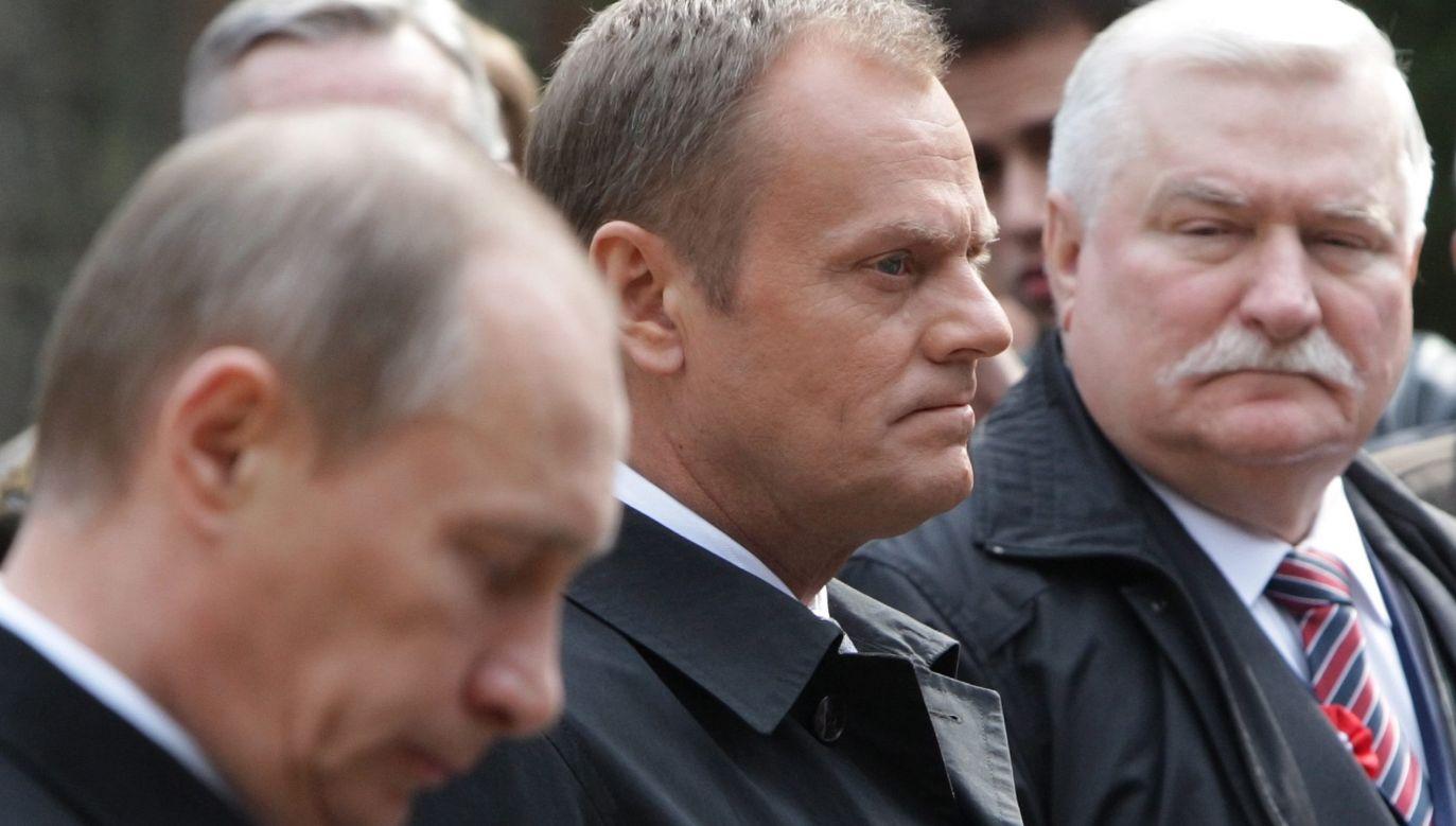 Władimir Putin, Donald Tusk i Lech Wałęsa 7 kwietnia 2010 r. w Katyniu  (fot. arch. PAP/EPA  MAXIM SHIPENKOV)