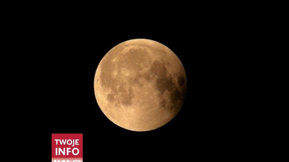 Zaćmienie księżyca widziane na obrzeżach zamojskiej starówki (fot. Twoje Info)