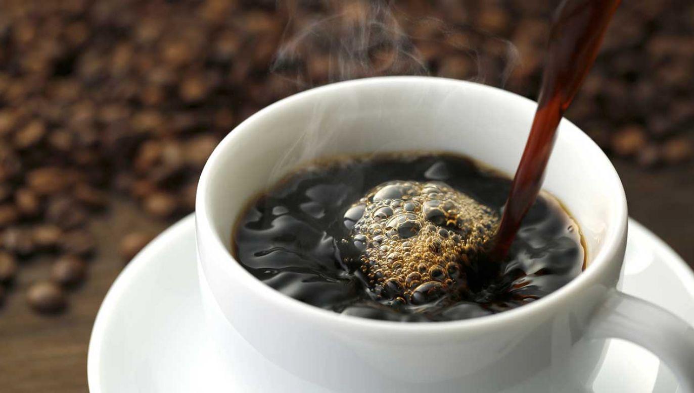 Wiele osób nie wyobrażają sobie dnia bez filiżanki kawy (fot. Shutterstock/NOBUHIRO ASADA)