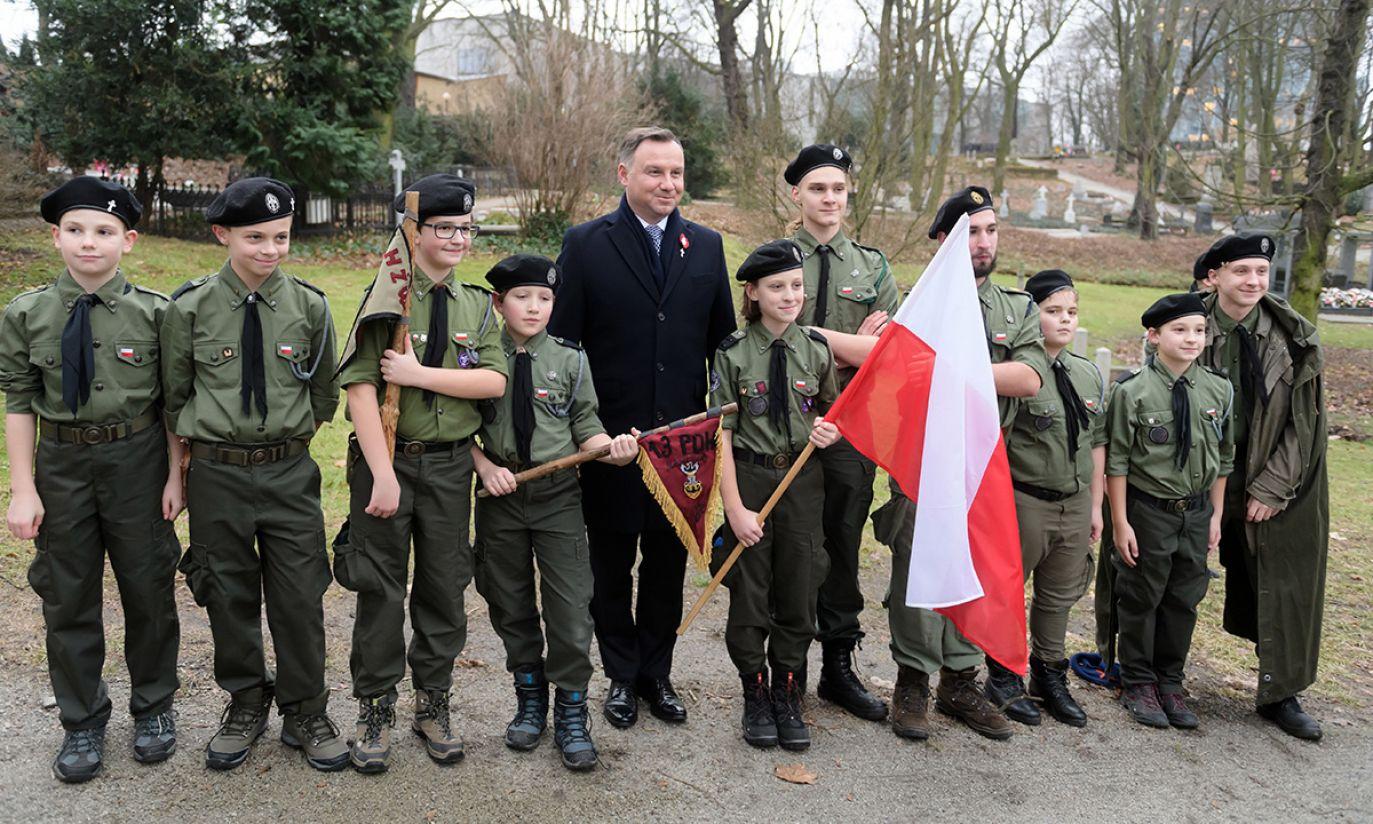 Prezydent Andrzej Duda z harcerzami na Cmentarzu Zasłużonych Wielkopolan (fot. PAP/Jakub Kaczmarczyk)