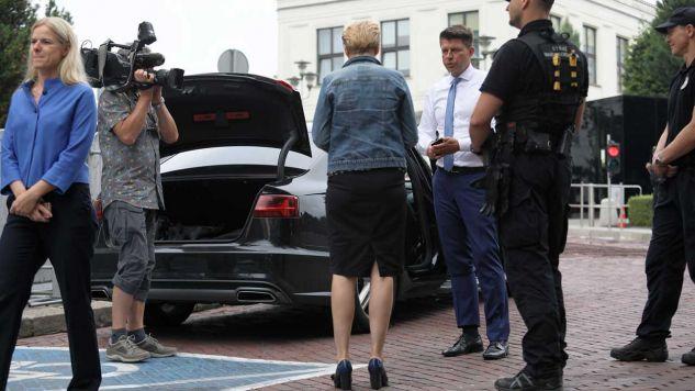 Samochód posła Ryszarda Petru sprawdzany przed wjazdem na teren Sejmu, obok posłanki Joanna Schmidt i Joanna Scheuring-Wielgus (fot. PAP/Leszek Szymański)
