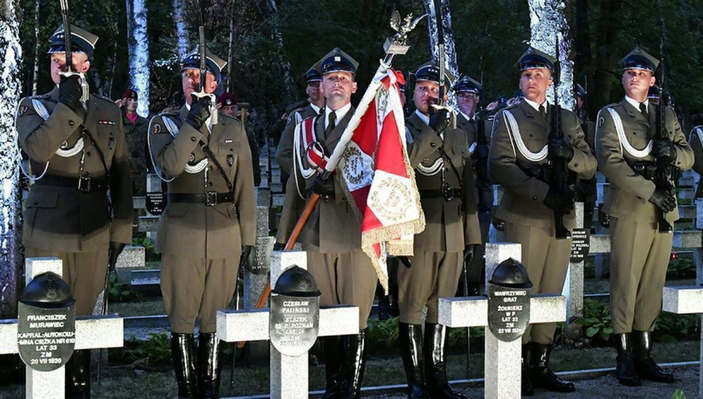 Przy Pomniku Poległych w 1920 roku zapalono znicze, złożono wieńce i odczytano Apel Pamięci (fot. MON)
