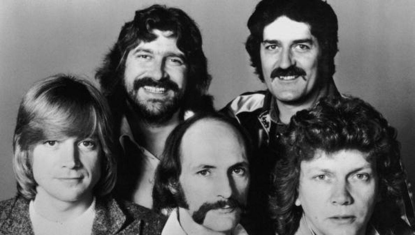 Thomas był autorem wielu przebojów The Moody Blues - drugi od lewej w górnym rzędzie (fot. Keystone/Hulton Archive/Getty Images)