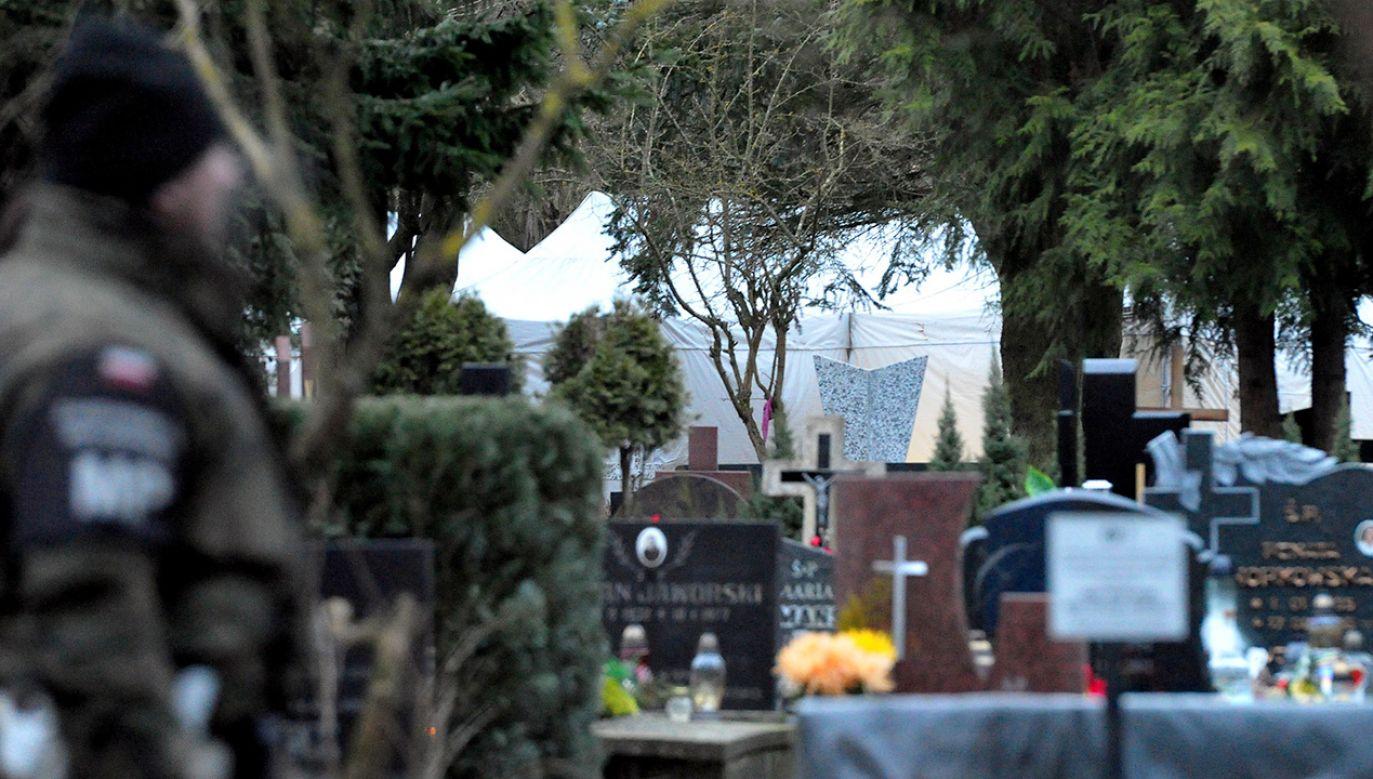 Policja na cmentarzu komunalnym w Kołobrzegu, w trakcie ekshumacji Sebastiana Karpiniuka (fot. PAP/Marcin Bielecki)