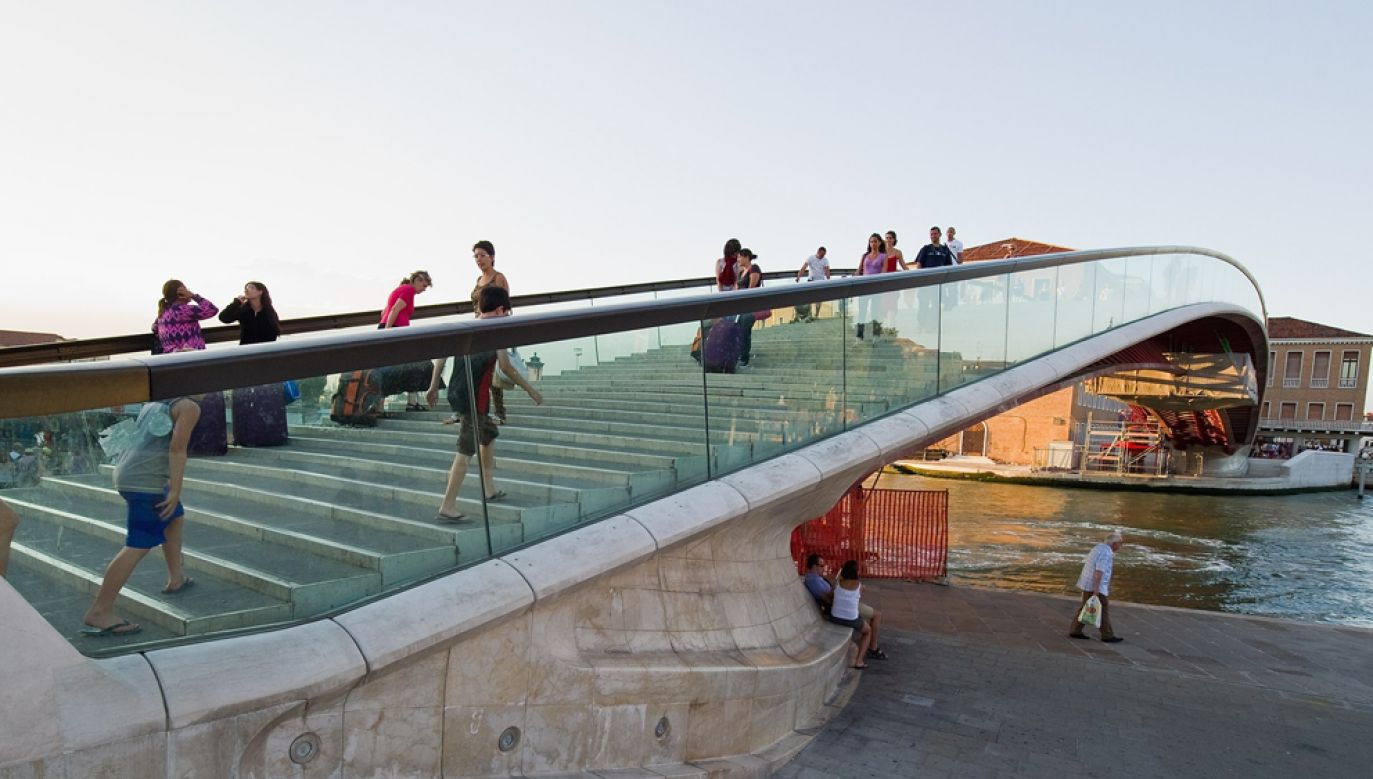 Turyści i mieszkańcy w Wenecji reguralnie wywracją się na Moście Konstytucji nad Canal Grande, często doznają poważnych kontuzji (fot. Marco Secchi/Getty Images)