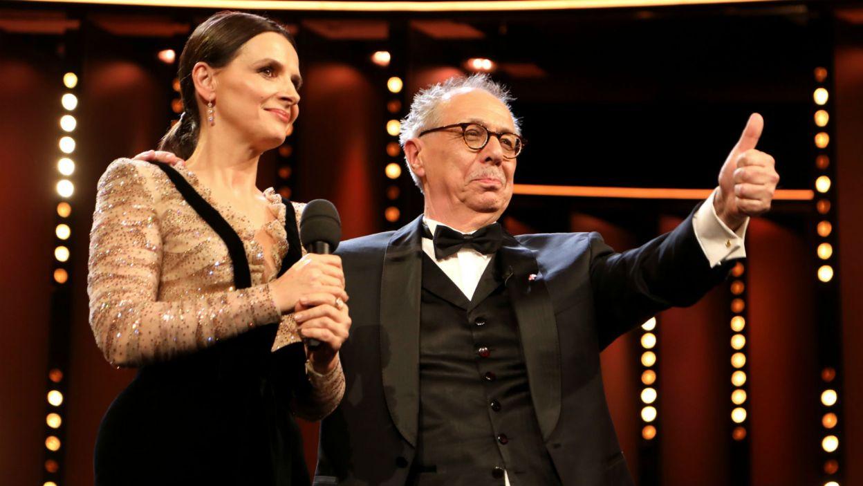 Przewodnicząca jury Juliette Binoche w towarzystwie dyrektora Berlinale Dietera Kosslicka (fot. PAP/EPA/FELIPE TRUEBA)