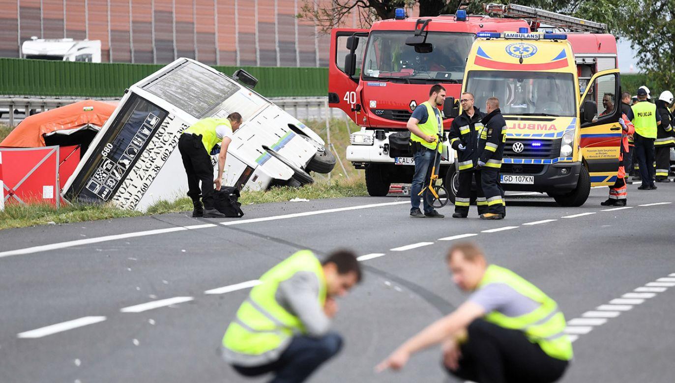Pojazd przewrócił się i wpadł do rowu (fot. PAP/Tytus Żmijewski)
