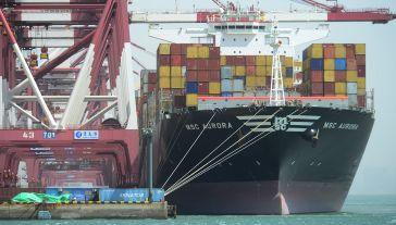 Statek towarowy przewożący kontenery zatrzymuje się w porcie Qingdao (fot. VCG/VCG via Getty Images)