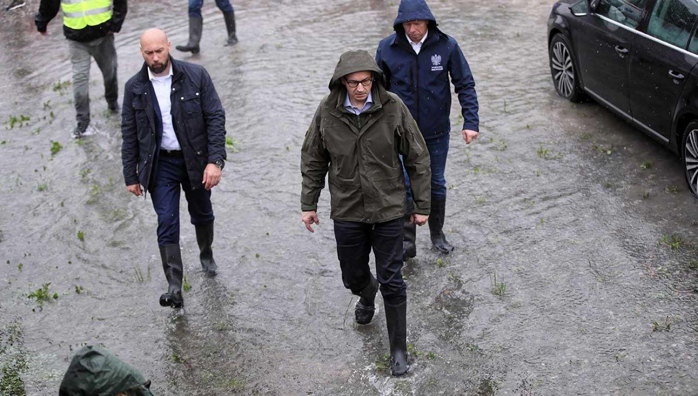 Premier wizytuje tereny zalane przez wodę (fot. PAP/Łukasz Gągulski)
