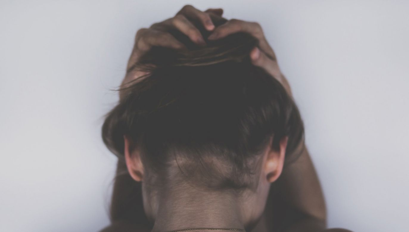 Na migreny częściej cierpią kobiety (fot. Pixabay/StockSnap)