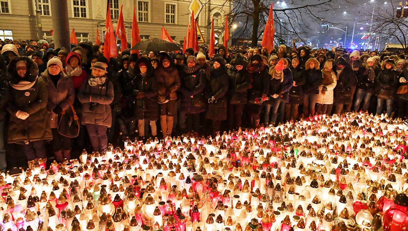 Gdańszczanie zgromadzili się, 15 bm. przed Urzędem Miasta w Gdańsku - oddają hołd zmarłemu prezydentowi miasta Pawłowi Adamowiczowi (fot. PAP/Adam Warżawa)