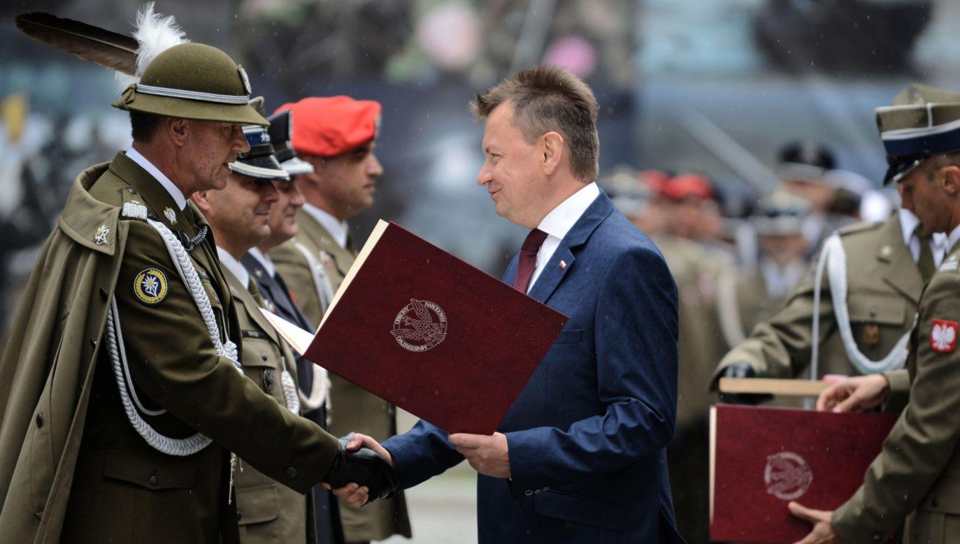 Minister Błaszczak (C) podczas uroczystości wręczenia odznaczeń resortowych i wyróżnień z okazji Święta Wojska Polskiego (fot. PAP/Jakub Kamiński)