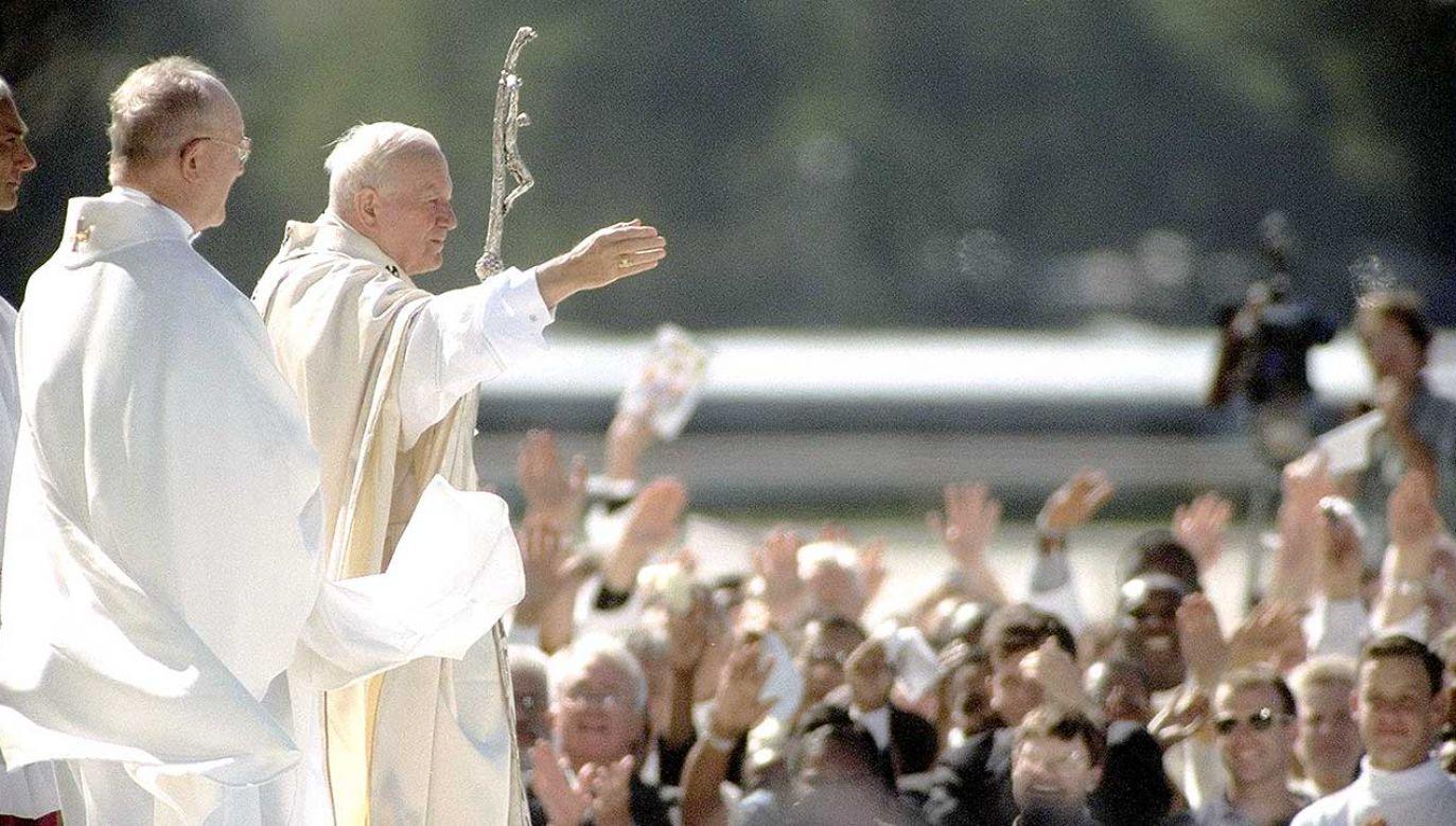 Jan Paweł II pochylał się z troską nad losem każdego człowieka (fot. Jon Naso/NY Daily News Archive via Getty Images)