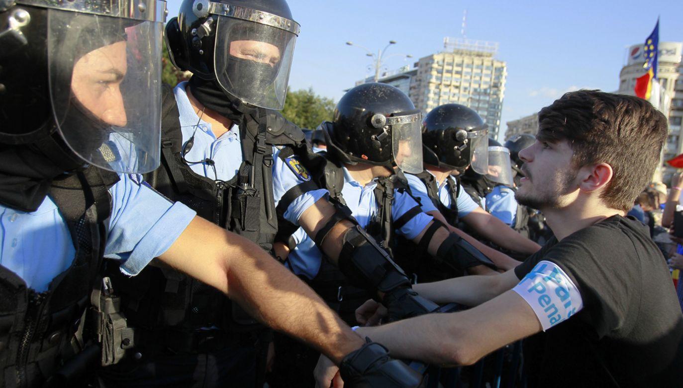 Według agencji Reutera w piątkowych protestach w stolicy Rumunii wzięło udział 100 tys. osób (fot. PAP/EPA/BOGDAN CRISTEL)