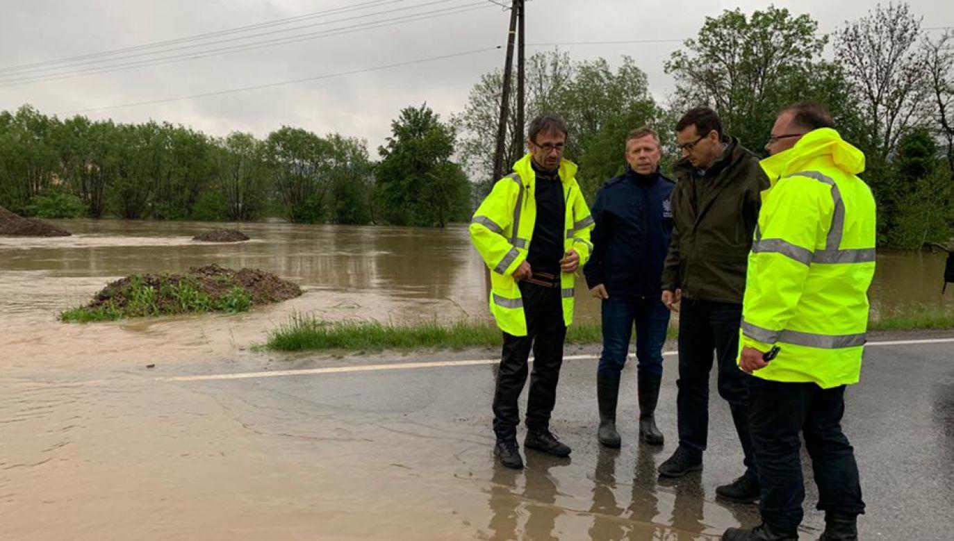 Premier odwiedził Wolę Radziszowską, gdzie wylała rzeka Skawinka (fot. TT/@MorawieckiM)