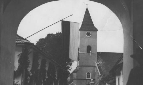 Gotycki kościół parafialny pw. św. Andrzeja Apostoła w Lipnicy Murowanej. Widok na wieżę z zegarem. Fot. NAC/IKC, sygn. 1-U-3388-1