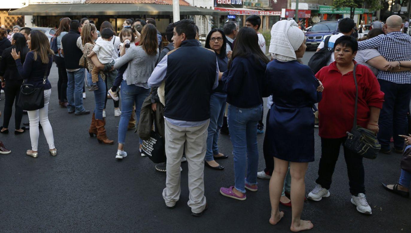 Po trzęsieniu ziemi mieszkańcy stolicy Meksyku wyszli z domów i biur na ulice (fot. PAP/EPA/JOSE MENDEZ)