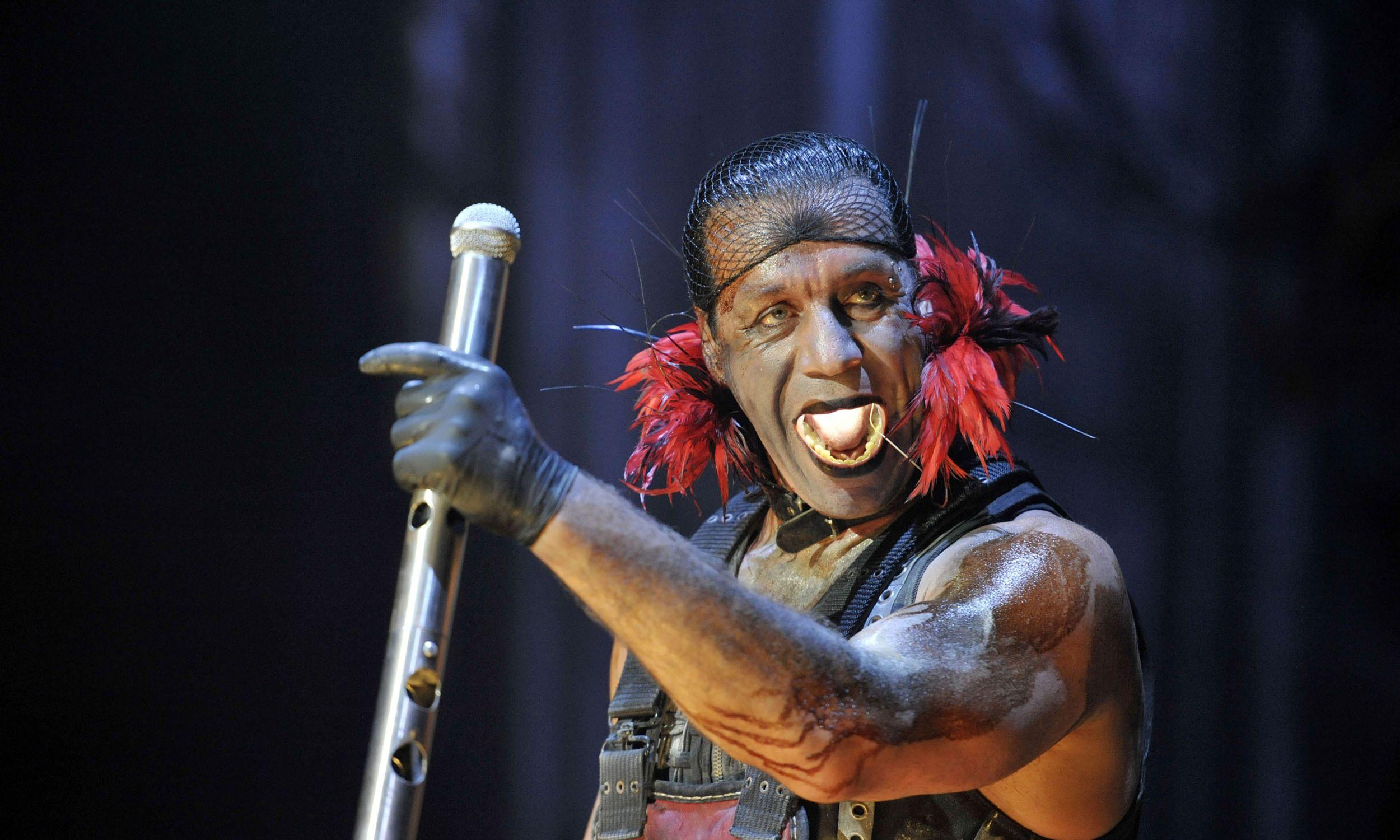 Till Lindemann, wokalista i lider niemieckiego zespołu metalowego Rammstein podczas koncertu w Grand Arena w Kapsztad. RPA, 9 lutego 2011. Fot. Foto24 / Gallo Images / Getty Images