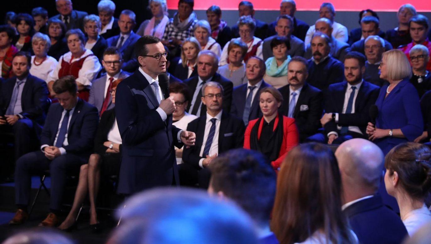 """Premier Mateusz Morawiecki wziął dziś udział w konferencji """"Praca dla Polski"""" (fot. Twitter/Kancelaria Premiera)"""