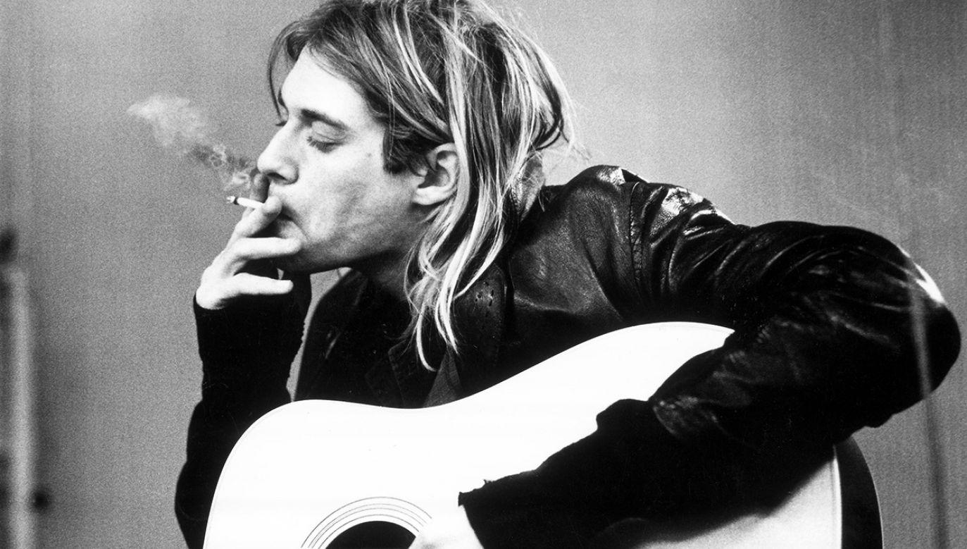 Kurt Cobain w biografii autorstwa swojego menadżera jawi się jako ciepły, rodzinny człowiek. Miał doskonałe poczucie humoru, był miły dla ludzi, z którymi pracował. Zdarzało się jednak, że stawał się nieobliczalny (fot. Michel Linssen/Redferns/GettyImages)
