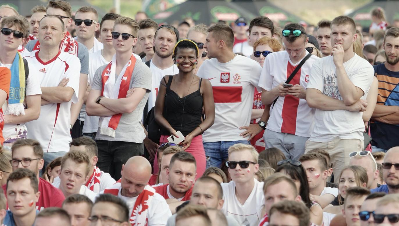 Zendaya Sithole w tłumie polskich kibiców (fot. Twitter / Dziennik Wschodni)