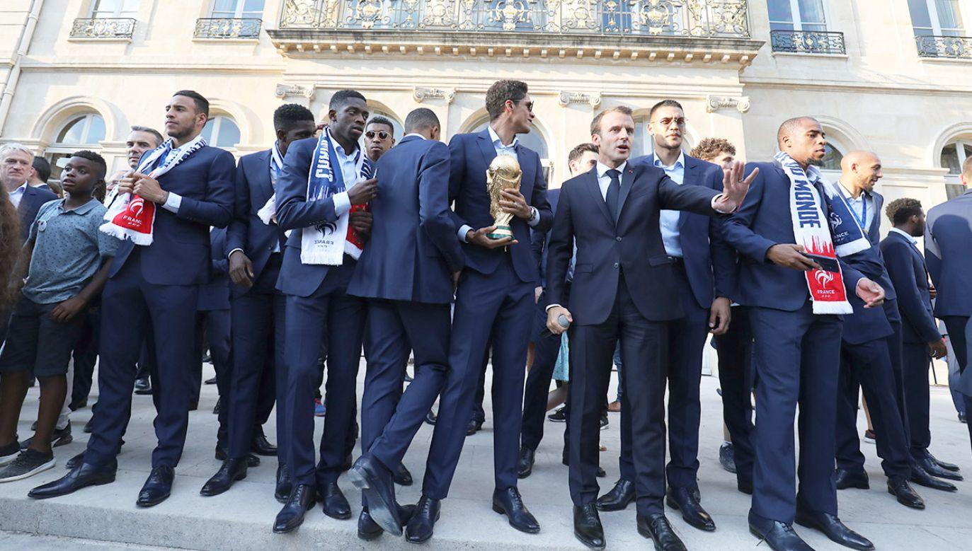 Wieczorem w poniedziałek mistrzowie i sztab trenerski zostali przyjęci przez obecną głowę państwa Emmanuela Macrona w Pałacu Elizejskim (fot. PAP/EPA/LUDOVIC MARIN)