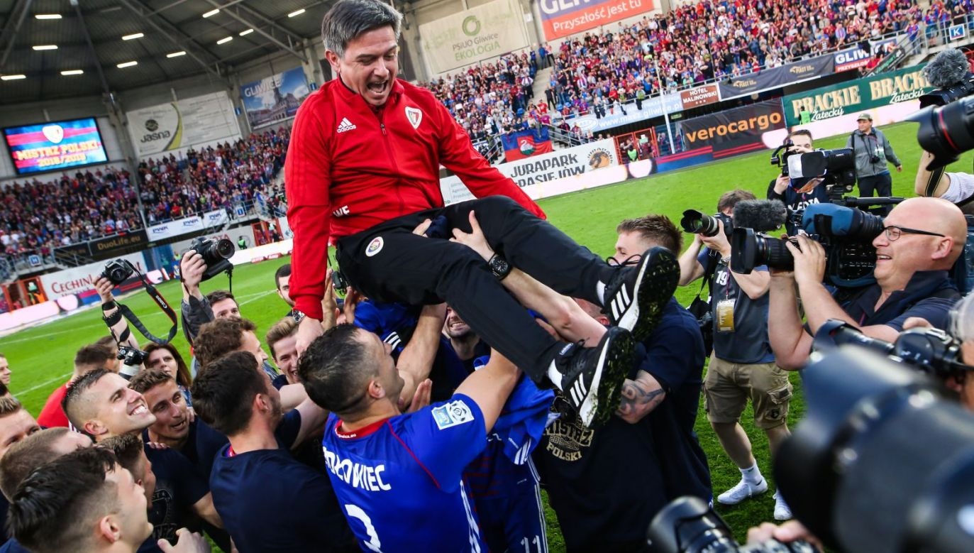 Waldemar Fornalik świętujący mistrzostwo Polski (fot. Getty Images)