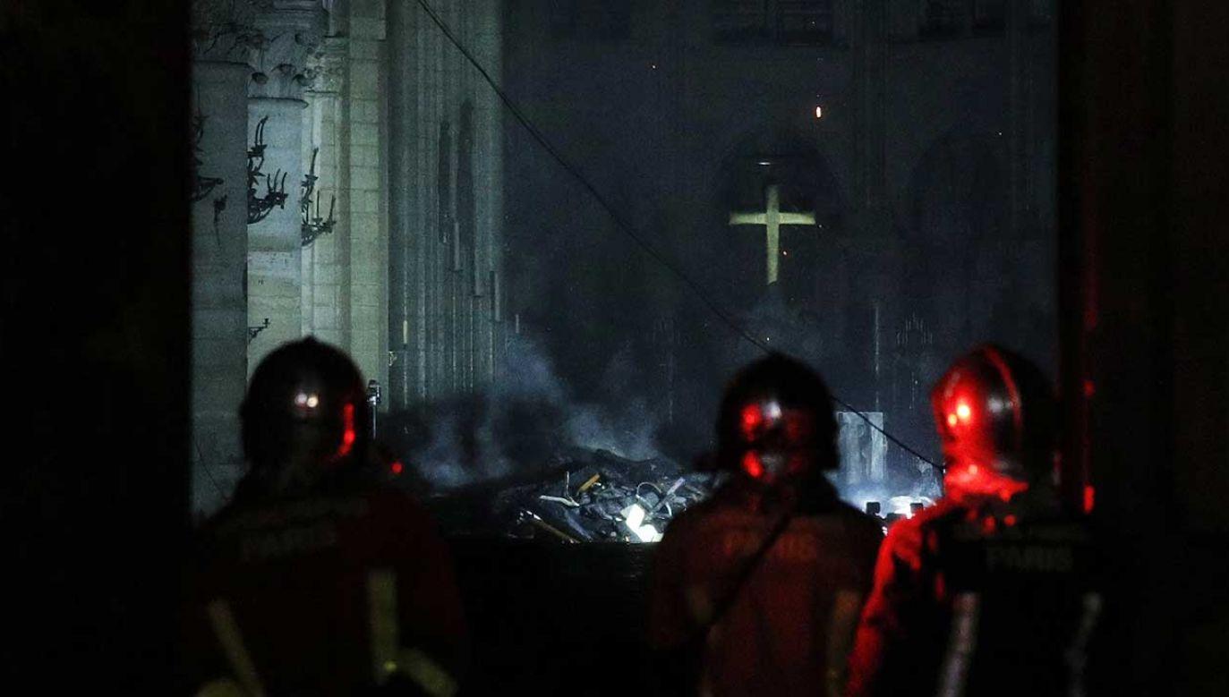 Śledczy badający sprawę pożaru paryskiej katedry Notre Dame nie wykluczają, że przyczyną tragedii było zwarcie elektryczne (fot. PAP/EPA/YOAN VALAT)