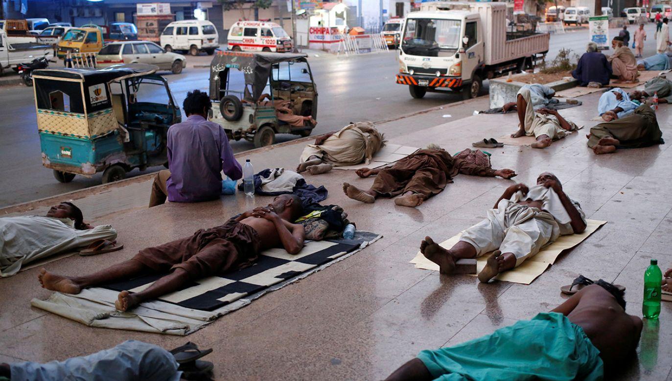 Mieszkańcy śpią na chodniku, aby uniknąć upałów i częstych przerw w dostawie prądu w mieszkalnej dzielnicy Karaczi w Pakistanie (fot. REUTERS/Akhtar Soomro)