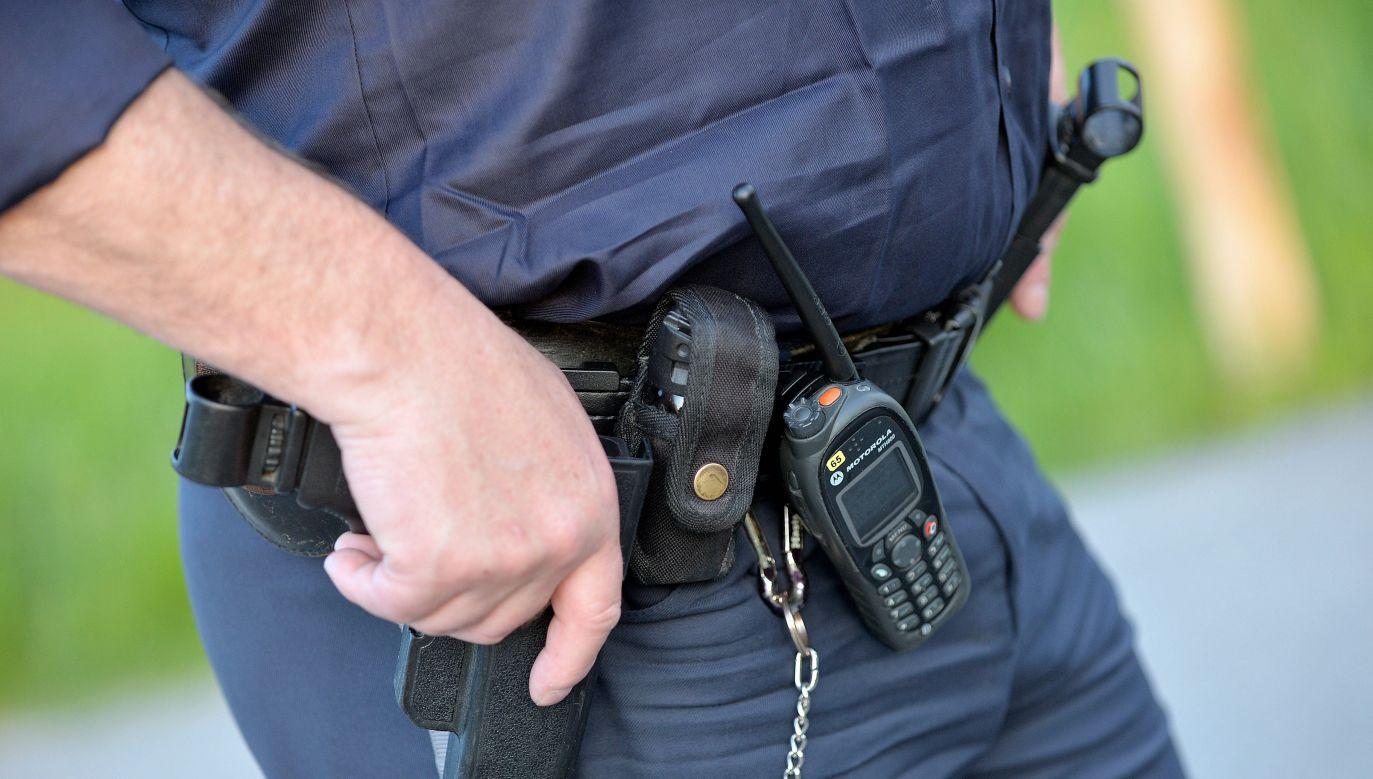 W kierunku odjeżdżającego pojazdu oddano dwa strzały z policyjnej broni (fot. PAP/BARBARA GINDL)