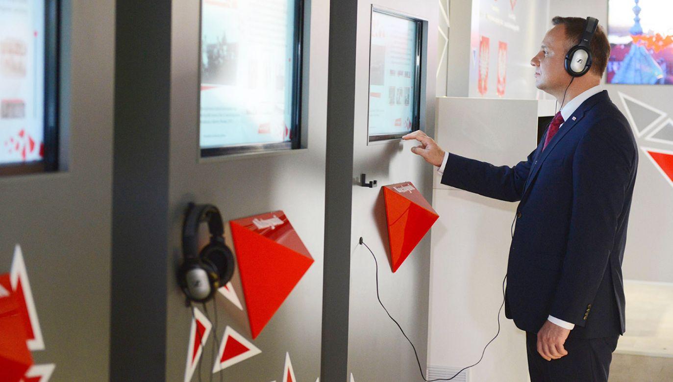 Prezydent Andrzej Duda zwiedza otwarte w Warszawie Mobilne Muzeum Multimedialne (fot. PAP/Jakub Kamiński)