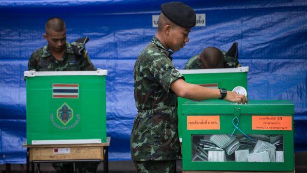 Wg częściowych wynikówi wyborów w Tajlandii prowadzi partia popierająca wojsko (fot. Guillaume Payen/SOPA Images/LightRocket via Getty Images)