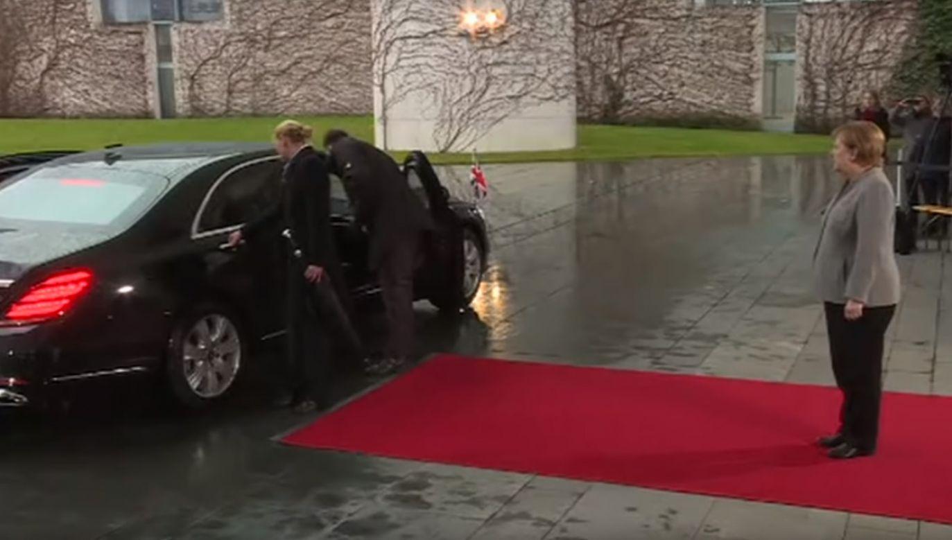 Brytyjska premier nie mogła opuścić limuzyny, w której podróżowała (fot. YT/BBC News)