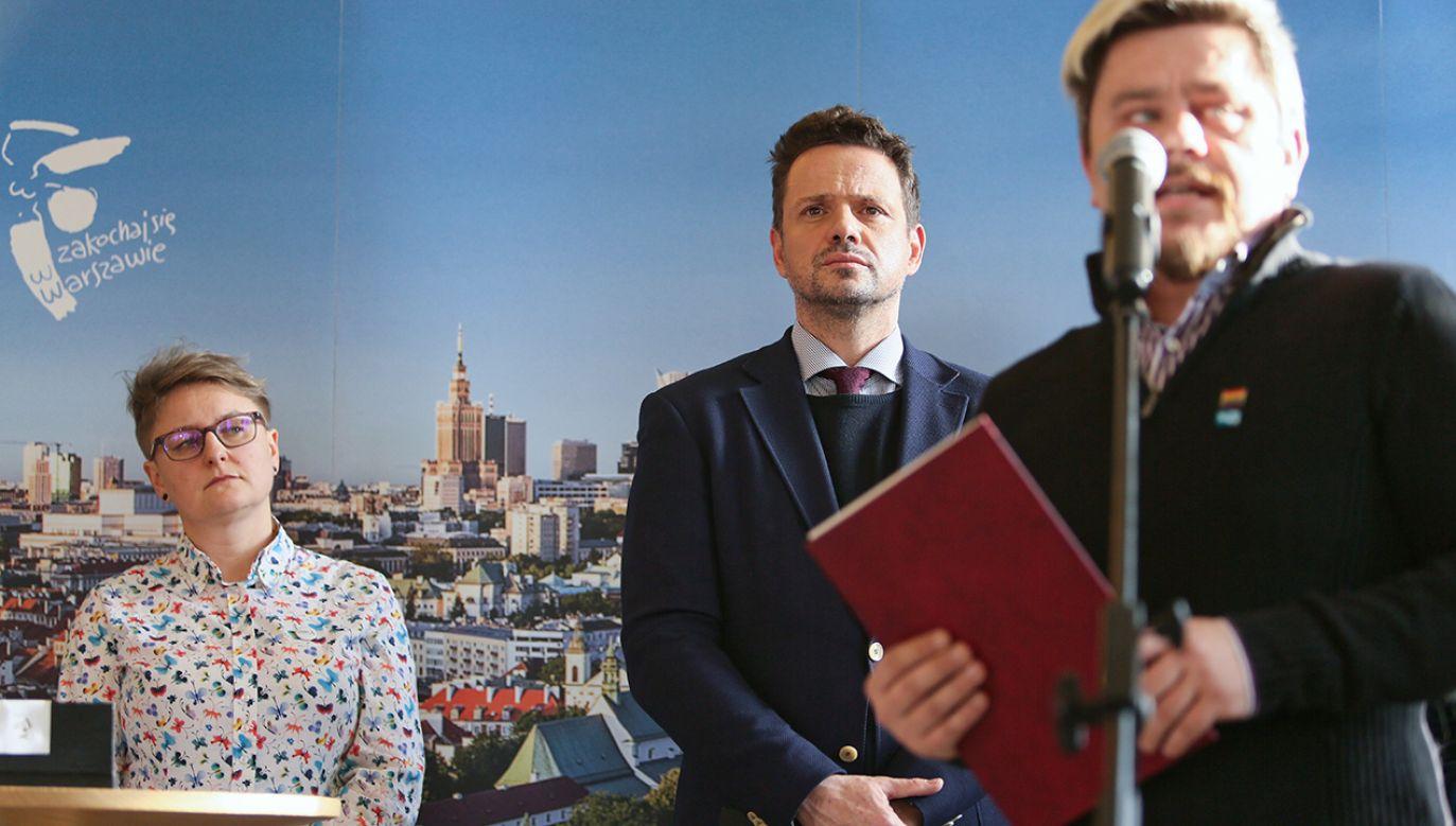 Działacze LGBT i prezydent Warszawy Rafał Trzaskowski w trakcie podpisywania Karty LGBT plus (fot. arch. PAP/Leszek Szymański)