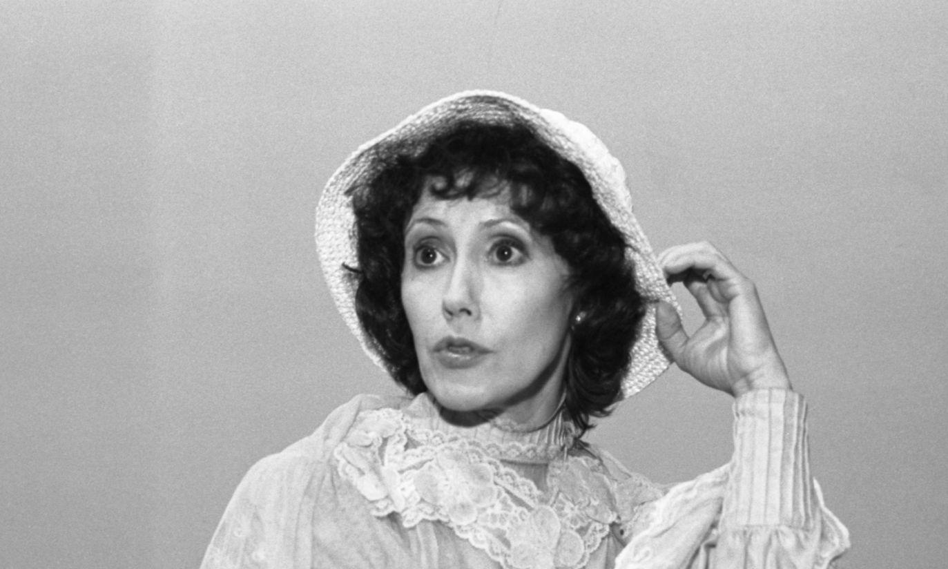 """1983: aktorka nie uchroniła sie przed popularnym """"barankiem"""" na głowie (fot. TVP)"""