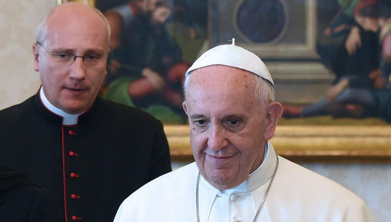 Papież Franciszek i ks. Tymon Tytus Chmielecki (fot. arch. PAP/Radek Pietruszka)