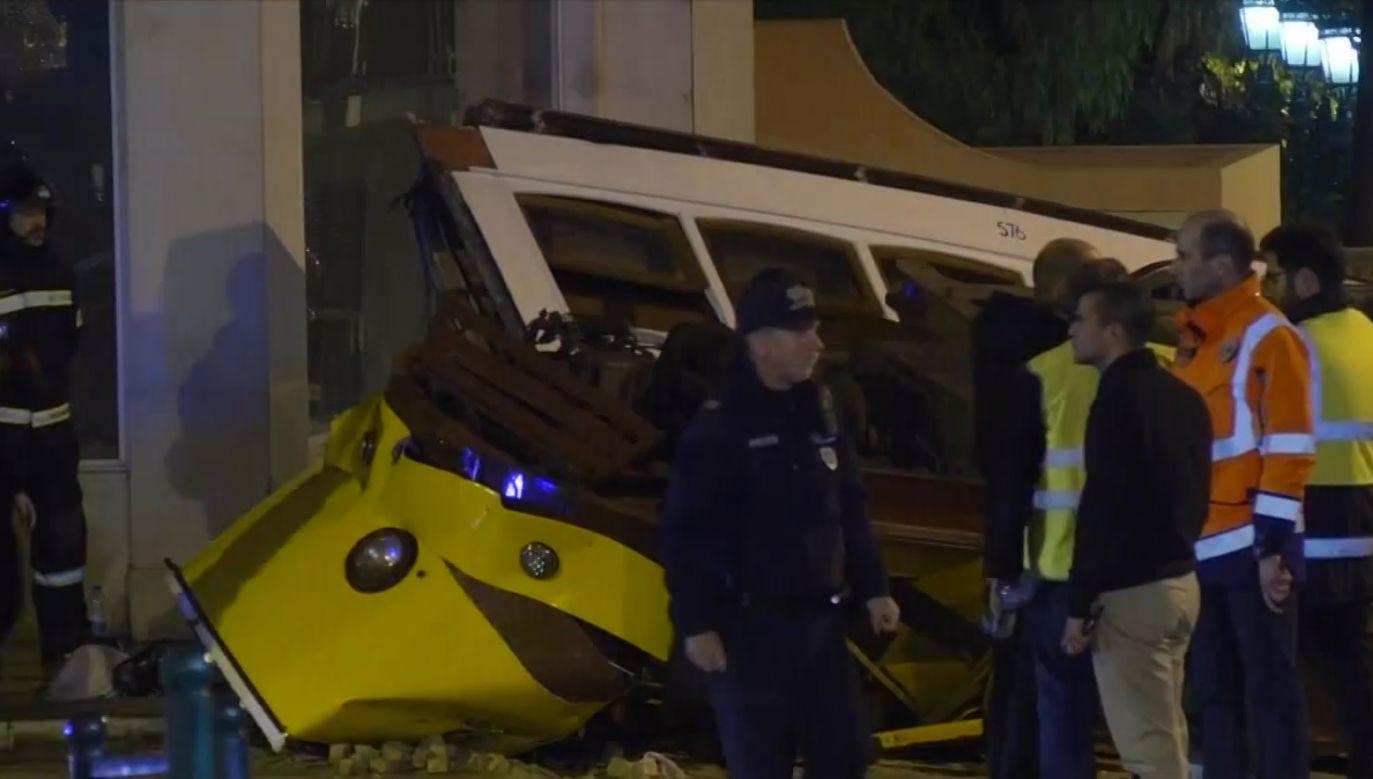 Żółty tramwaj wypadł z torów i uderzył w budynek (fot. TVP Info)