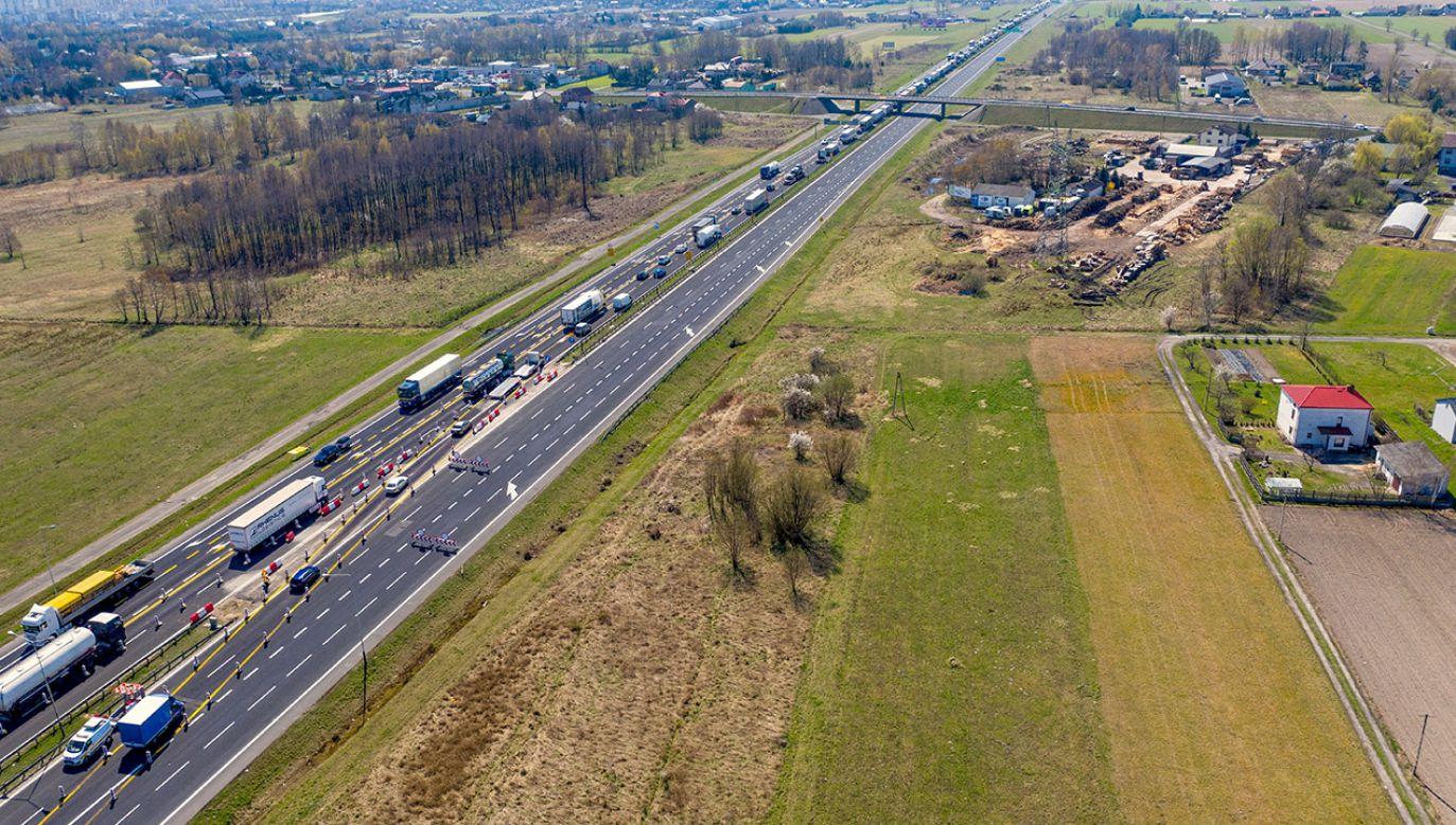 Po przebudowie droga będzie miała trzy pasy ruchu w miejsce obecnych dwóch, a nawierzchnia będzie betonowa (fot. PAP/Grzegorz Michałowski)