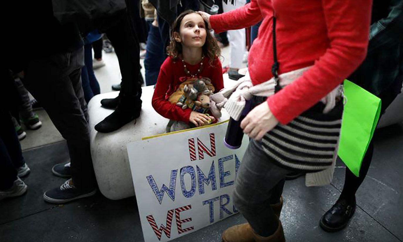 7.letnia Ada Kennedy na demonstracji przeciwko przemocy seksualnej wobec kobiet (fot. REUTERS/Lucy Nicholson)