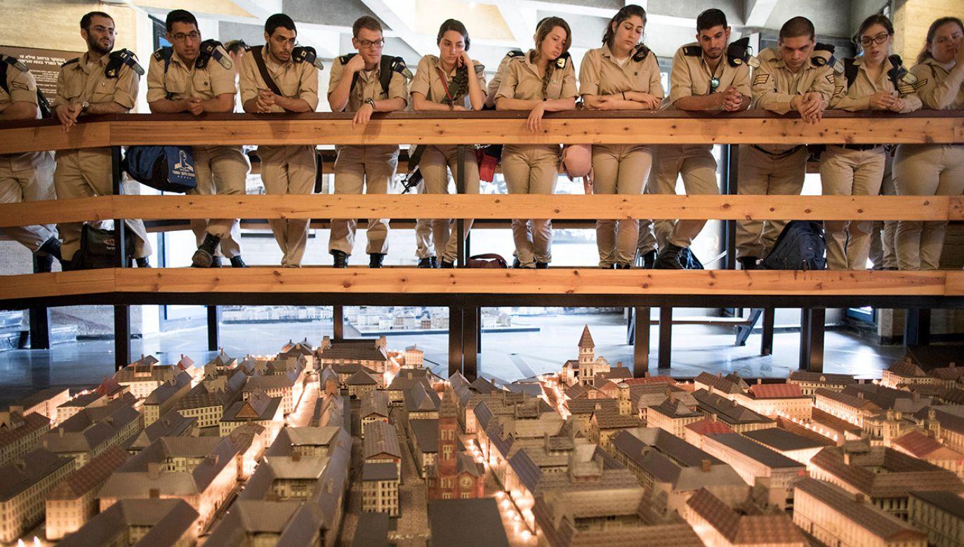 Izraelscy żołnierze patrzą na model warszawskiego getta, gdy zwiedzają wystawę