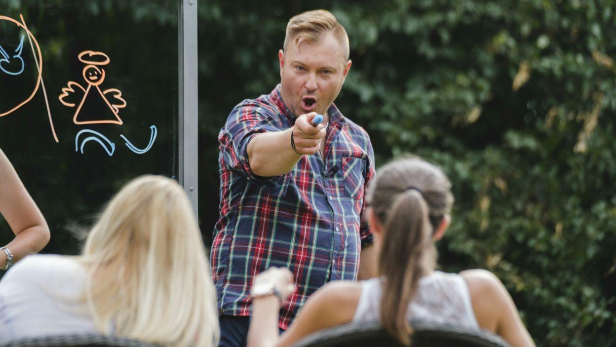 Łukasz natomiast zagrał z uczestniczkami w kalambury (fot. TVP)